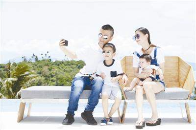从黄圣依晒出的全家福照片来看,一家四口正在海边开心度假,杨子图片