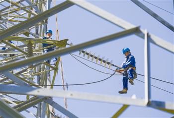 电力工人在高空作业.