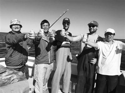慈溪海钓爱好者在加拿大钓到巨型蓝鳍金枪鱼