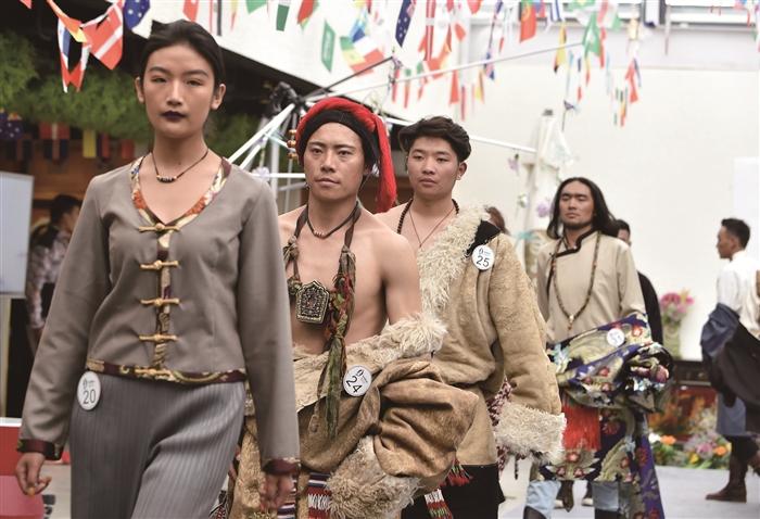 7月2日,藏族模特在走秀.