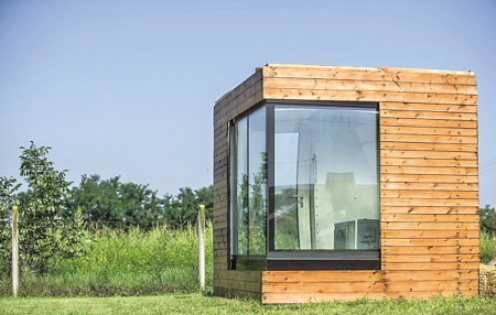 其特点是房子的内墙和外墙之间以及双层玻璃墙面之间有数公分厚的水在