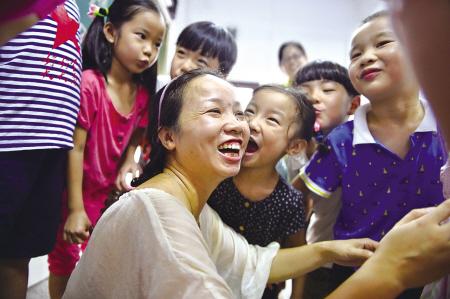 9月10日,一年级学生轮流拥抱和亲吻老师.