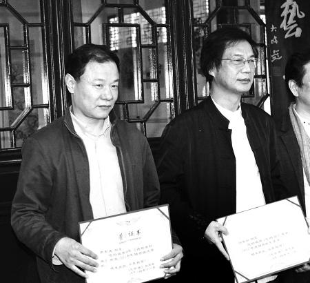 """学奖""""作者曹军庆(左)和"""