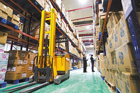 宁波海关关员在跨境贸易电子商务专用仓库进行实地监管———核对货