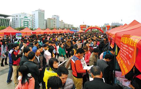 2月24日,众多返乡务工人员在于都县长征源广场举办的新春企业用工