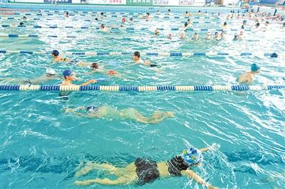 但对于小区业主,游泳池在收费上给予了一定的优惠,成人每人10元,孩子