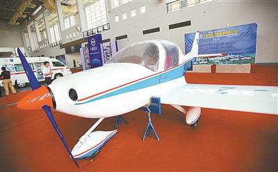 宁波产的飞机亮相在高新技术成果交易会.(丁安摄)