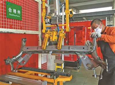 借助机械臂,车间工人搬运产品变得更为轻松.(殷聪摄)