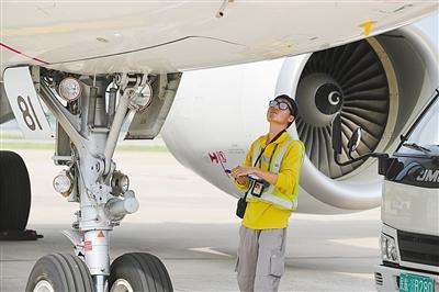 机场机务人员正在为飞机进行例行检查