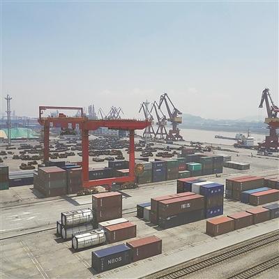 物流枢纽港的货物通过镇海港区便捷运输出海.(张燕 赵会营 摄)