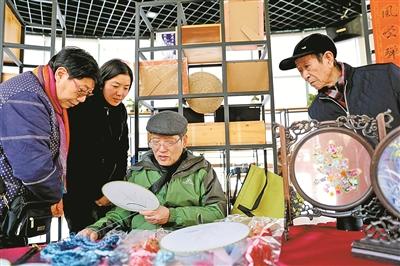 江北白沙街道居民向民间手艺人学习非遗技艺-新闻中心-中国宁波网