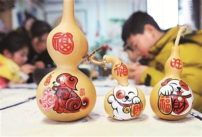 鄞州东胜街道曙光社区少年儿童在专业老师的辅导下学习生肖葫芦画