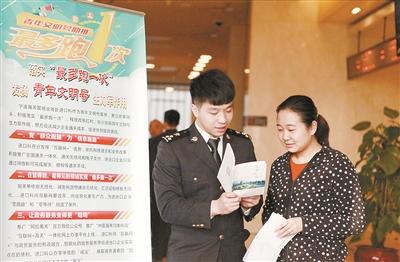 """宁波海关积极落实""""最多跑一次""""改革. (潘洁摄)"""