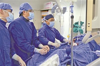 宁波市第二医院血管外科医疗团队正在为病患实施手术.(傅钟中摄)