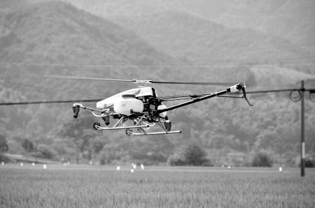 同时,植保无人机采用远距离遥控操作的方式,喷洒作业人员可避免与农药