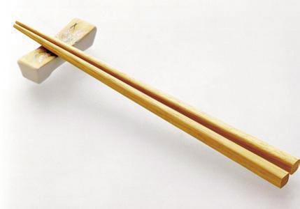 青丝      筷子是最基本的生活用具,人们每天都要接触和使用到。但是,筷子又不仅仅是简单的使用器具,它与人们的生活不断磨合,形成互动,并由此成为忠实记录传统文化的载体。由于筷子的传承较丰,很利于普通玩家做系列收藏,其中蕴藏的升值潜力巨大,如今也成为了一项很好的大众化收藏品种。   追溯筷子的历史,最早可至殷商时期。《史记》载:纣为象箸而箕子唏周道缺。纣王的生活奢靡,使用的筷子都是用象牙制成。但是,先秦时的筷子,并没有统一的形制,长短不一,材质也较为简单,就是取竹木削制成两根木棍使用。《礼记》曰: