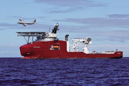 "AP-3C猎户座飞机飞过澳大利亚""海洋之盾""号军舰"