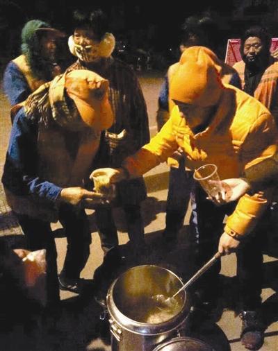 几个馒头或包子,外加一杯胡辣汤 百余名环卫工人吃了近一个月的免费早餐