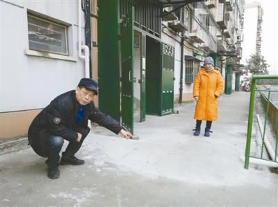 鄞州明北社区居民反映:污水管直铺楼道前带来安全隐患-新闻中心-中国宁波网