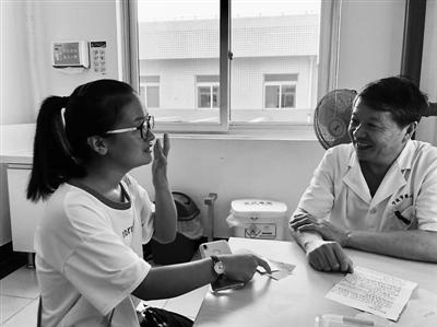 小仙梅到市第六医院,向当时给她做手术的章院长表示感谢.