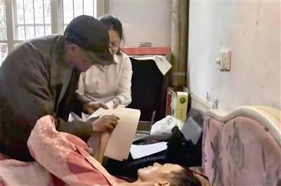 工作人员上门对卧病在床老人实行法律援助.通讯员供图