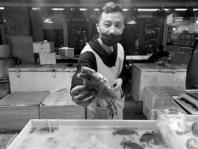 宁波出台蟹类捆扎销售新规范后 绑梭子蟹的橡皮筋细了