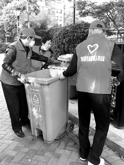 对前来扔垃圾的居民讲解分类知识