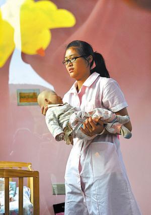 6月11日傍晚,在济南市婴儿安全岛,一名济南市儿童福利院的医护人员