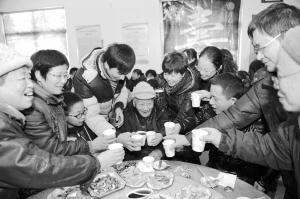 一家人吃顿团圆饭其乐融融.(资料照片)