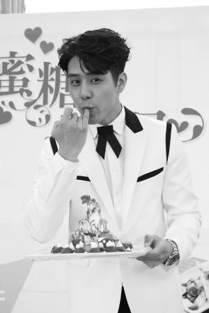 胡宇威/胡宇威端出自己做的糕点,看上去味道不错。