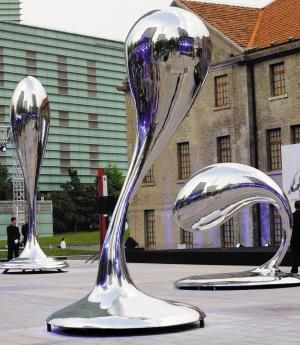 """""""   门口的这件雕塑作品只是马兴文""""舞动的水滴""""国际巡回展的其中一"""