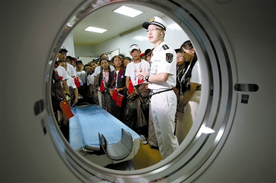 """海军舰船开放日 宁波市民墨西哥油罐车爆炸首次登舰参观海军""""大白船"""""""