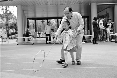 三代人同玩老游戏 不仅增长亲情还找到童年回忆